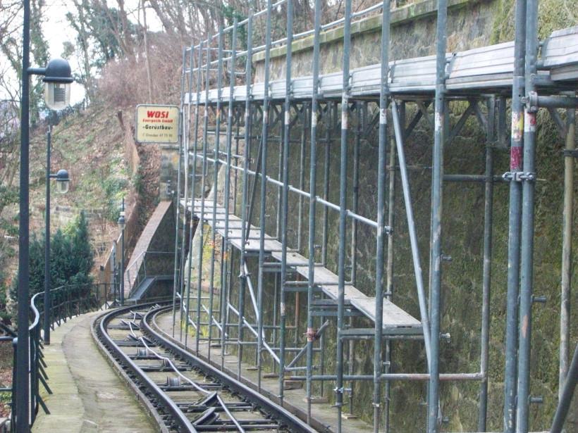 Arbeitsgerüst an Stützmauer | Trasse der Standseilbahn Dresden